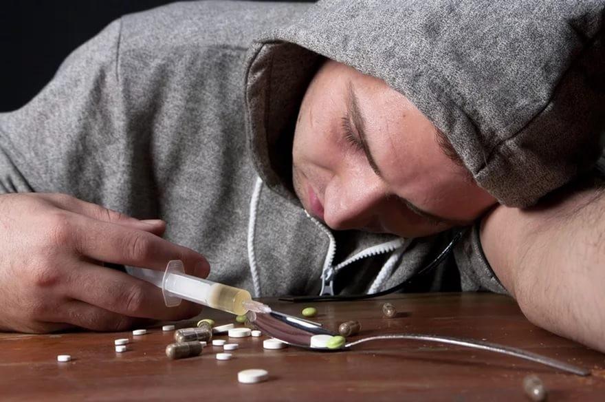 Мужчину скрупной партией марихуаны после продажи наркотика женщине схватили вРостове