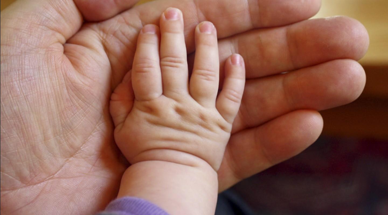 Новорожденного ребенка, завернутого вкуртку, подбросили в клинику Святой Ольги