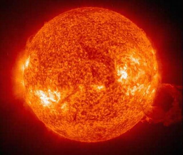 Уфологи обнаружили на Солнце корабль НЛО необъятных размеров
