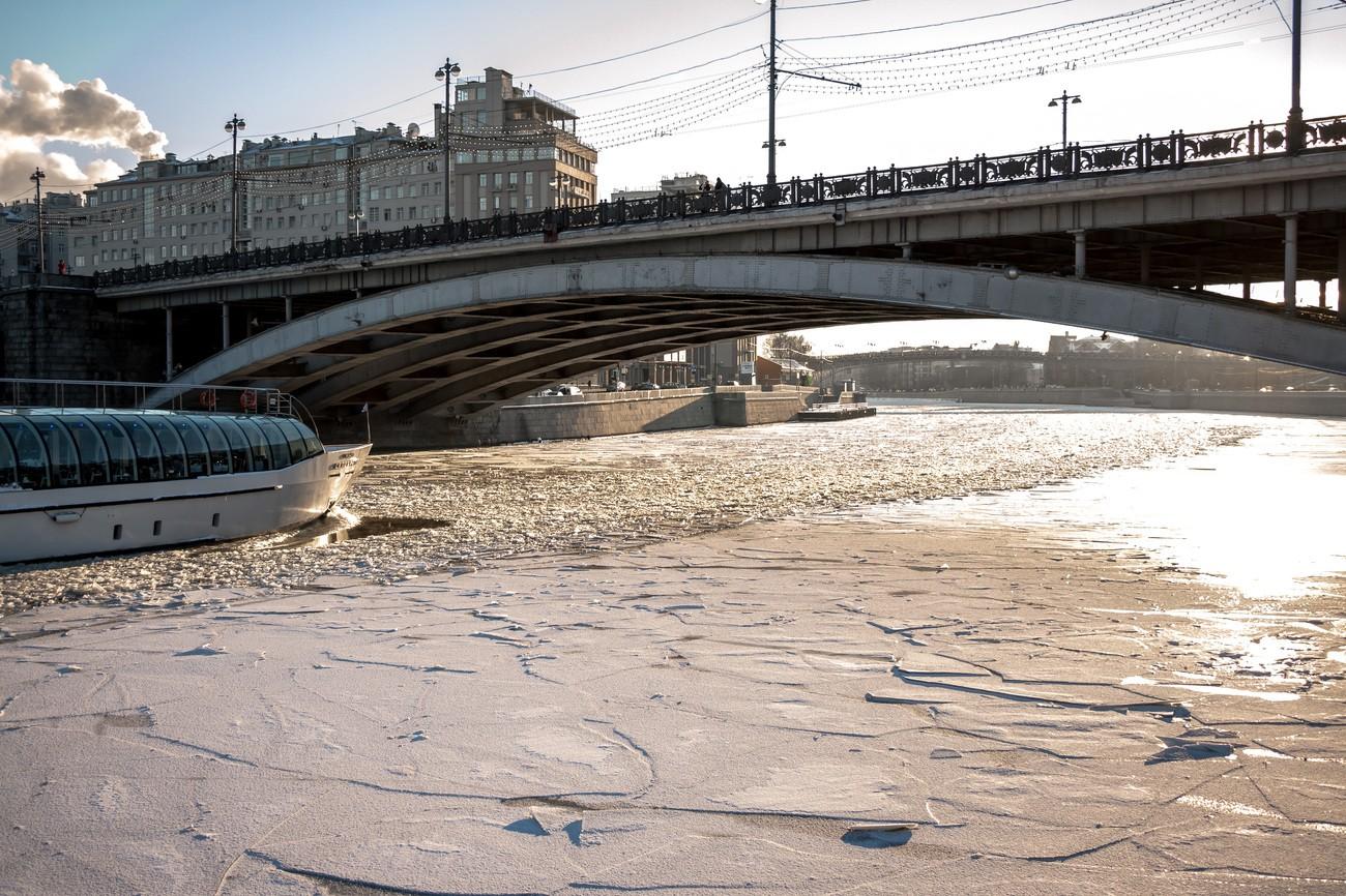 В столицеРФ 4 человека провалились под лед, сокращая путь отметро