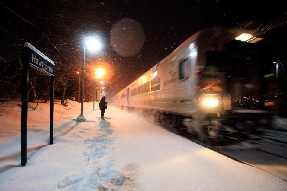 Размещено видео, как высокоскоростной поезд «сметает» пассажиров сплатформы вСША