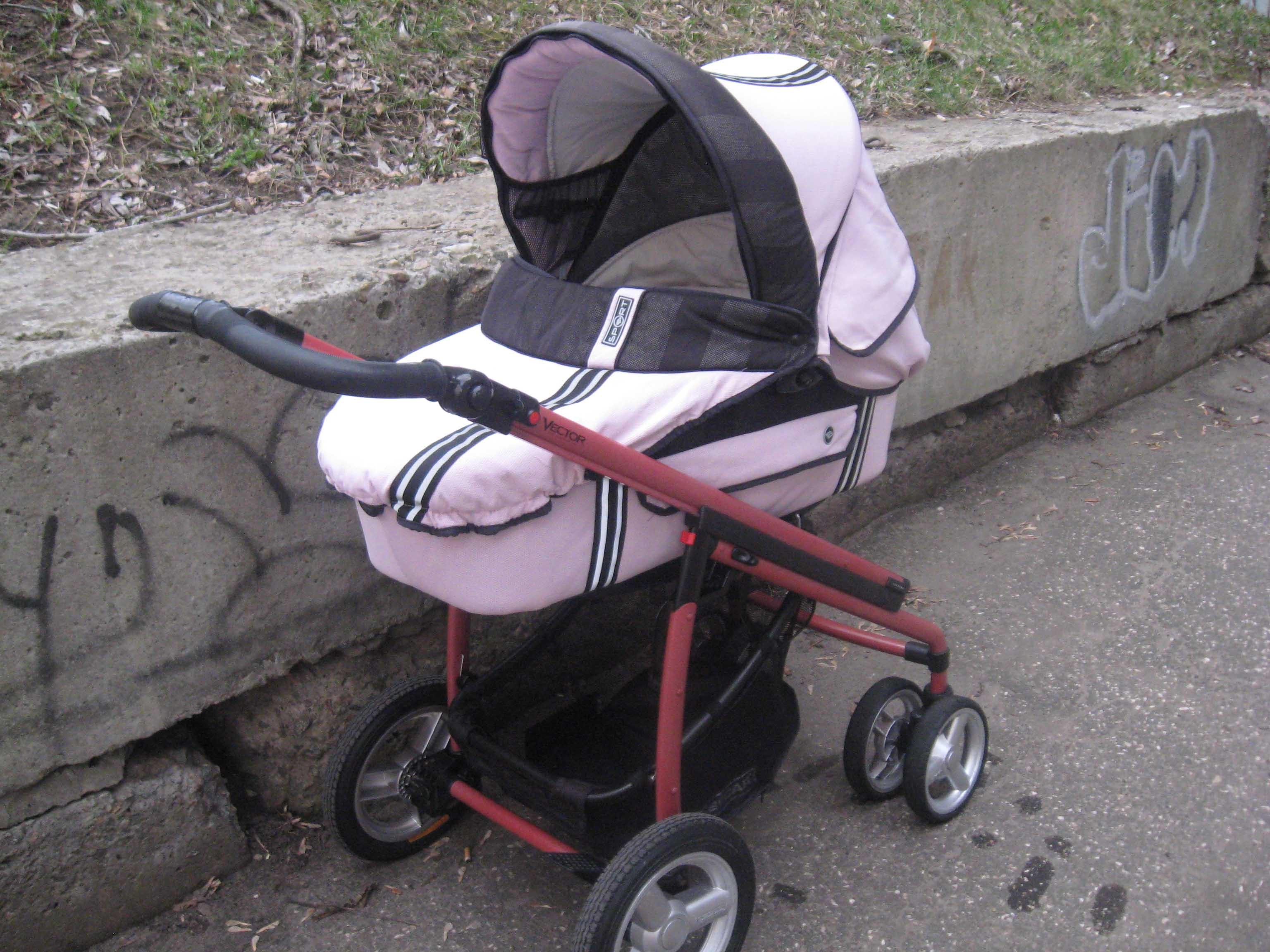 Ребенок в коляске на улице фото