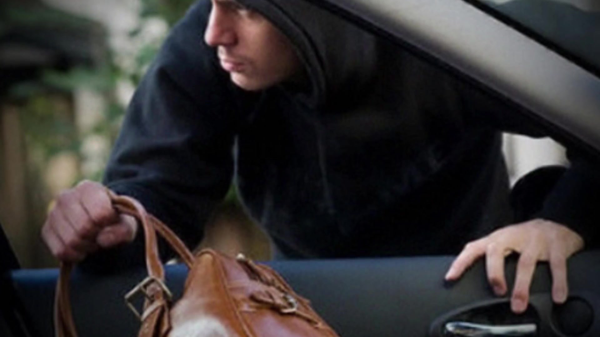 В столицеРФ изавтомобиля была похищена сумка с4,5 млн рублями