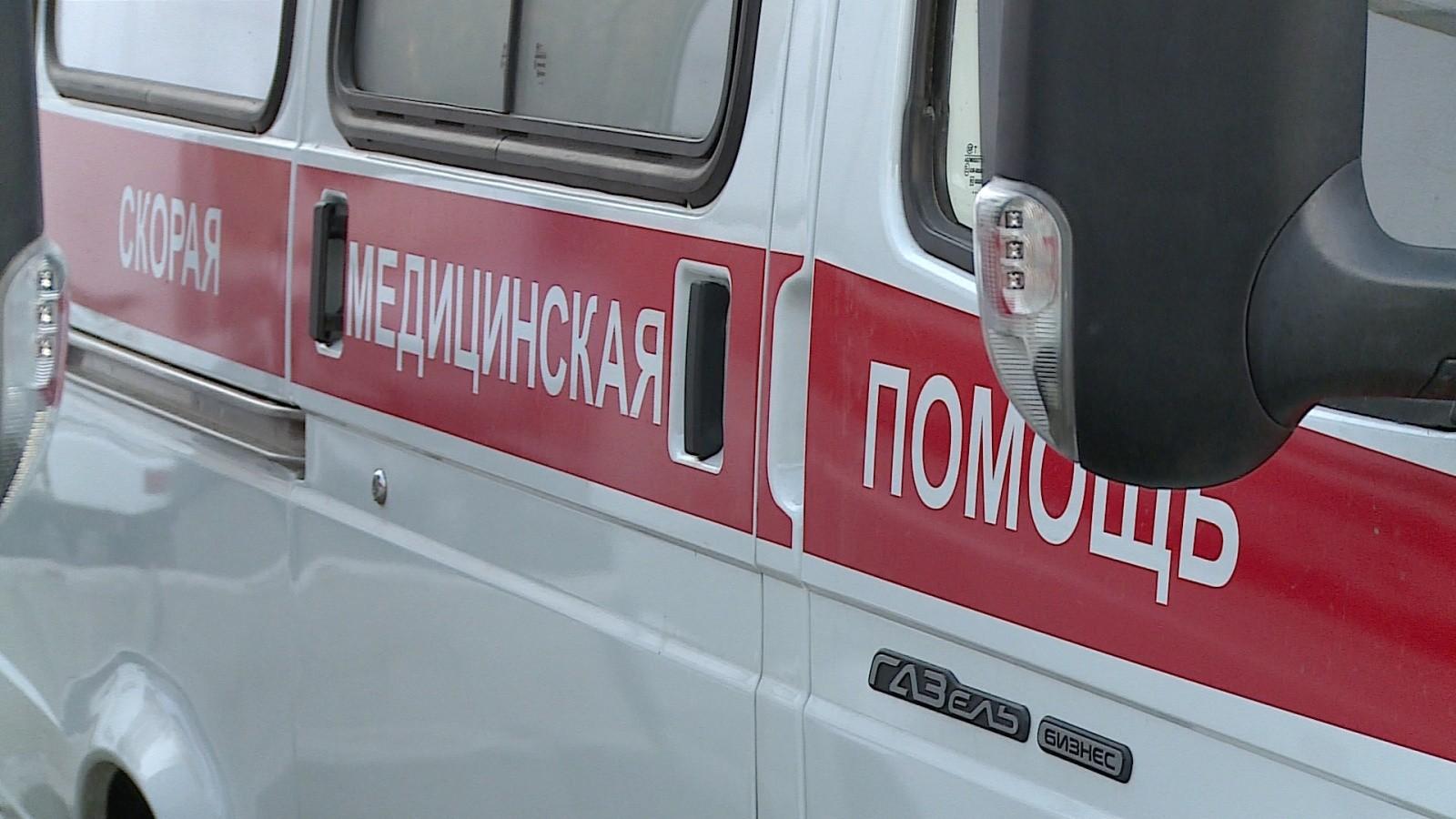 Упавший дорожный знак разбил голову девушке вПетербурге