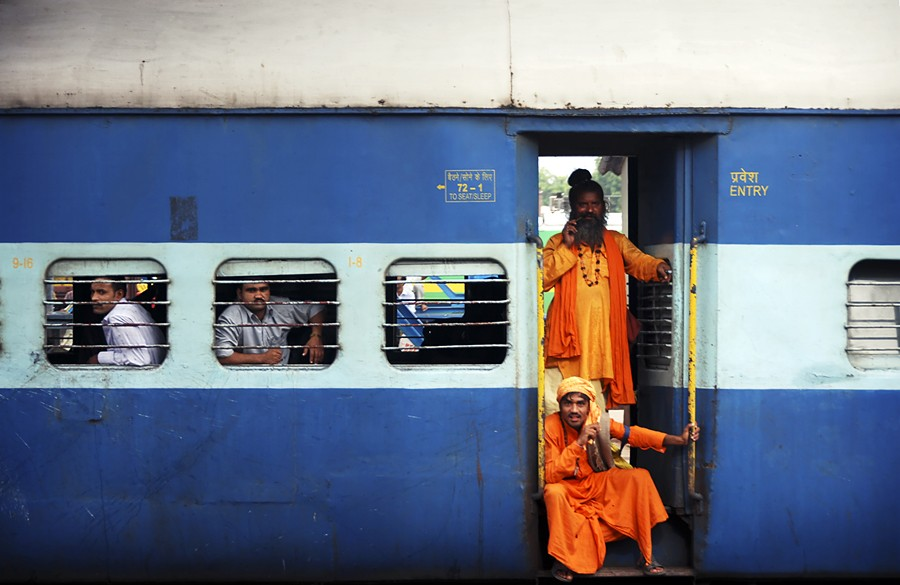 Индийский фермер получил пассажирский поезд задолги железной дороги