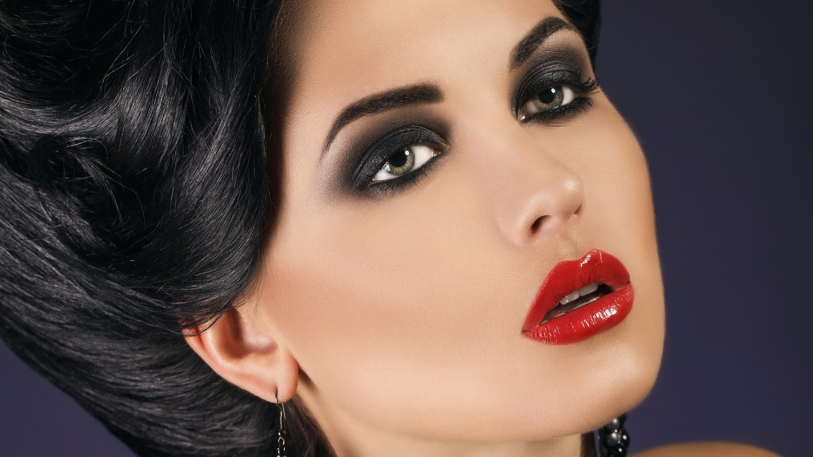 Что таят женщины заярким макияжем
