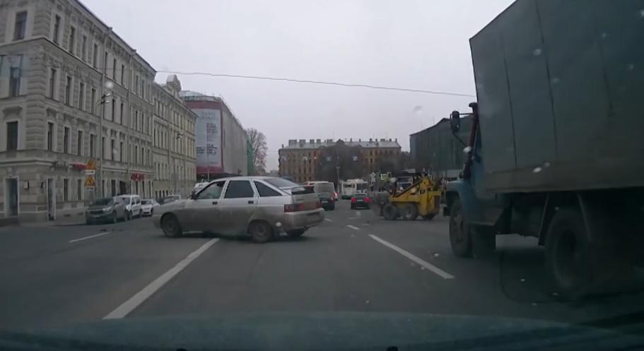 Вышедший из-под контроля погрузчик устроил «пляску» надороге вцентре Санкт-Петербурга