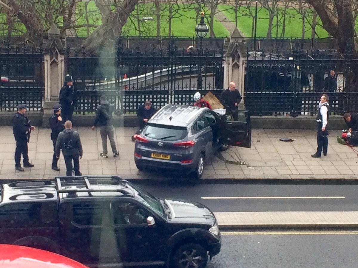 У английского парламента неизвестные сбили иобстреляли людей— Теракт встолице Англии