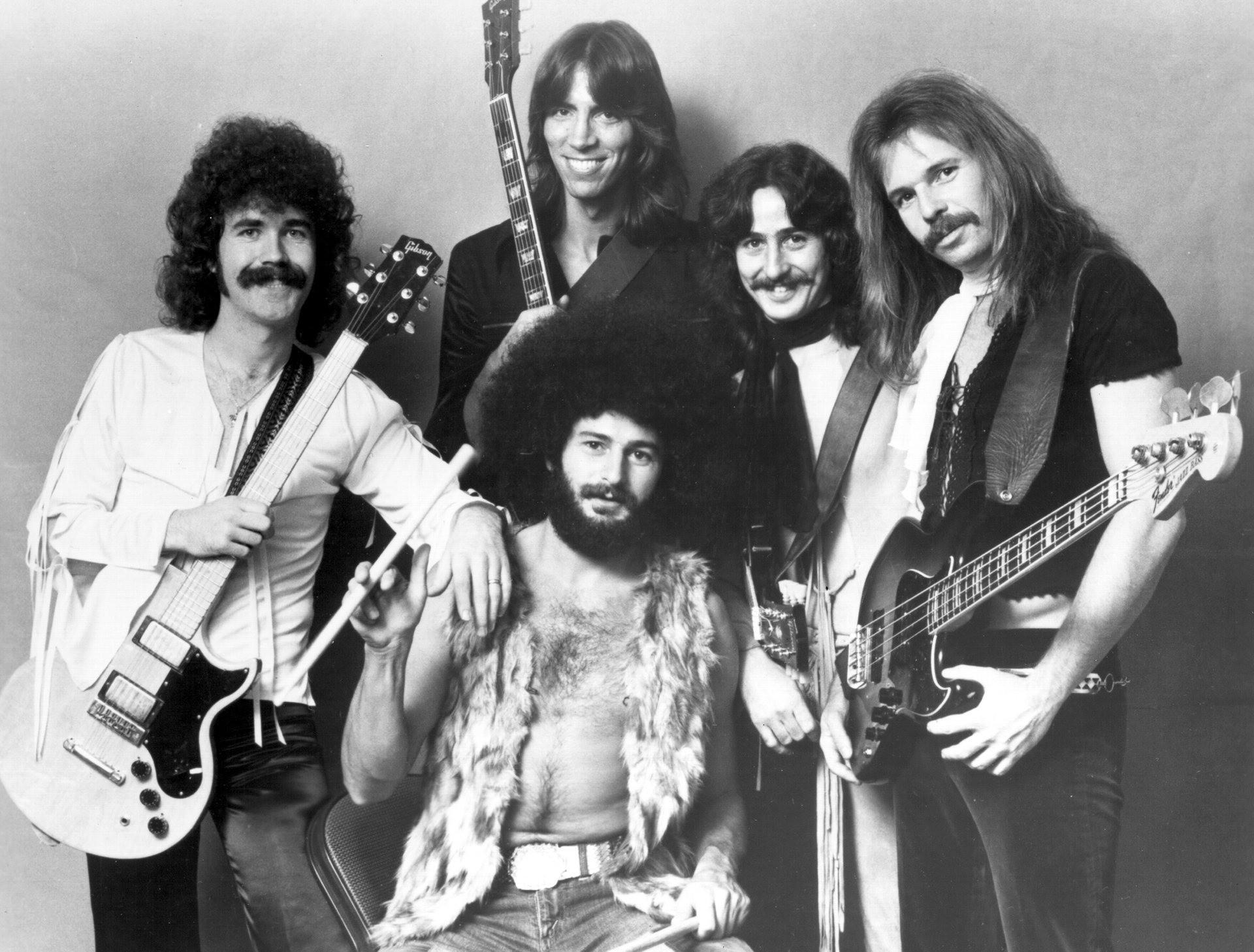 Прежний барабанщик группы Boston скончался впроцессе концерта накруизном лайнере
