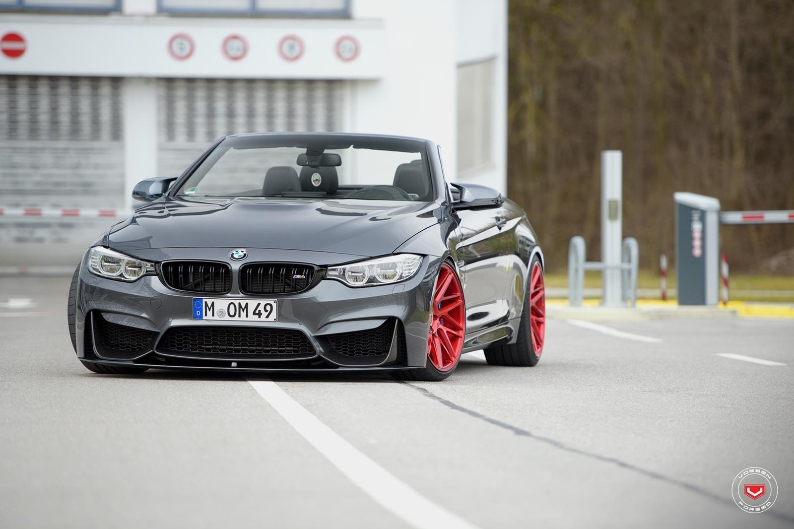 Баварские производители представили кабриолет БМВ М4 скрасными дисками