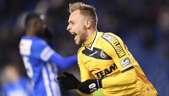 Украинский футболист пробежал мимо мяча впроцессе штрафного удара