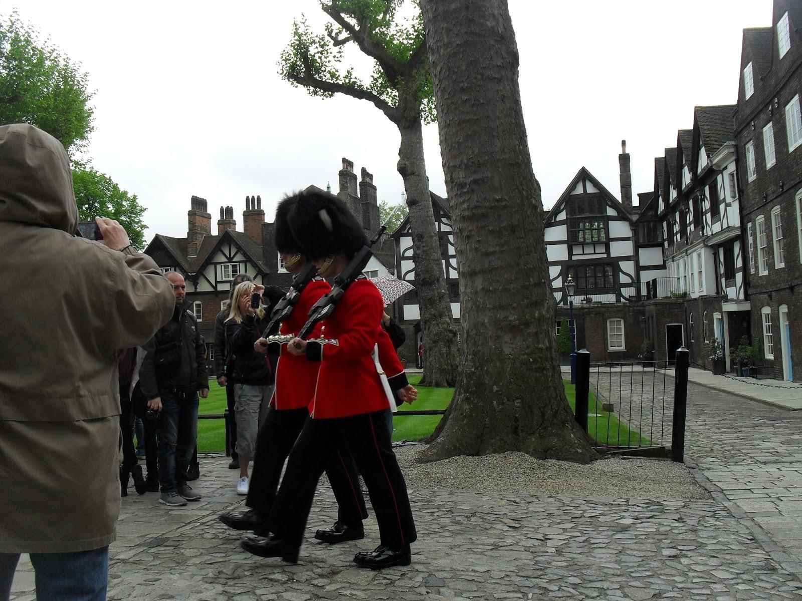 Встолице Англии служащий королевской гвардии напугал туриста