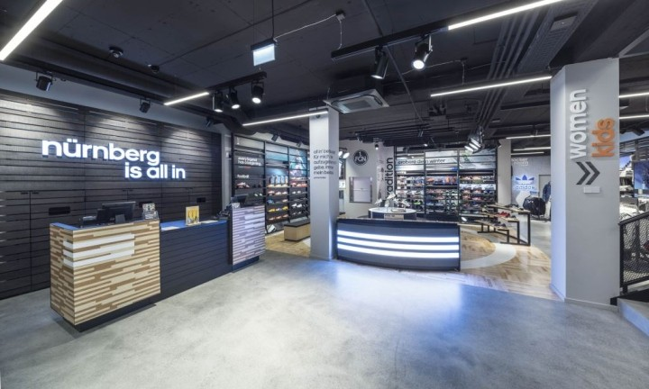 В официальных магазинах Adidas будут вязать свитера прямо перед покупателями