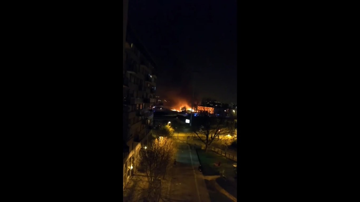 Впромзоне впригороде Парижа произошел сильный пожар