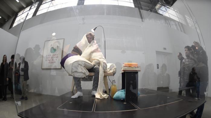Французский художник Абрам Пуэншеваль высиживает яйца вмузее