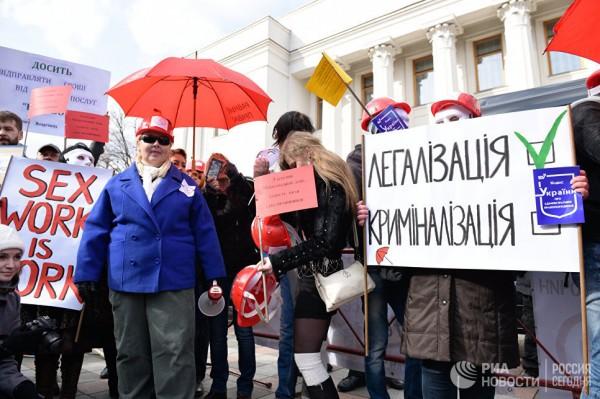 В Киеве марш путан переместился от здания Рады к администрации президента