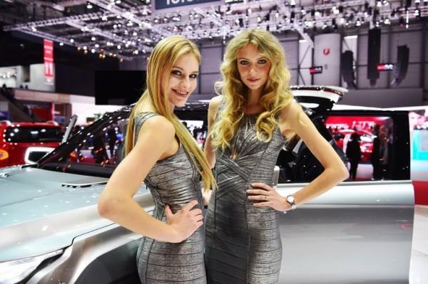 Пользователи соцсетей обсуждают девушек автосалона в Женеве