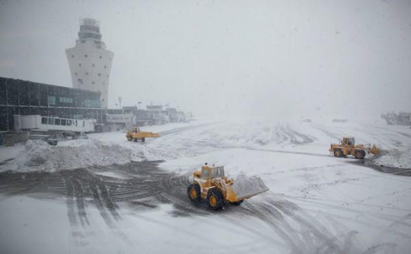 Аэропорты США отменили из-за снежной бури более 5000 рейсов