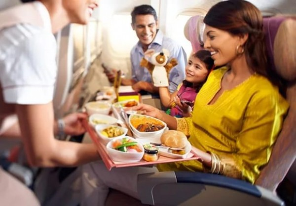 Диетолог рассказал, какие продукты нельзя есть в самолёте