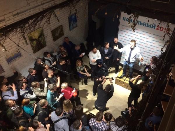 В Томске на встречу с Навальным пришли полицейские и заявили о бомбе в здании