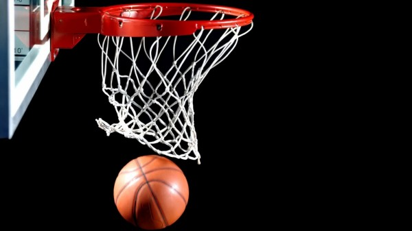 В США баскетболистка забила мяч со своей половины площадки