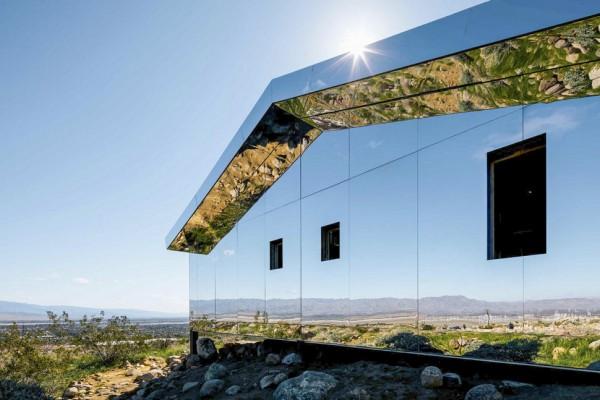 В Калифорнии для выставки установили в пустыне дом-хамелеон