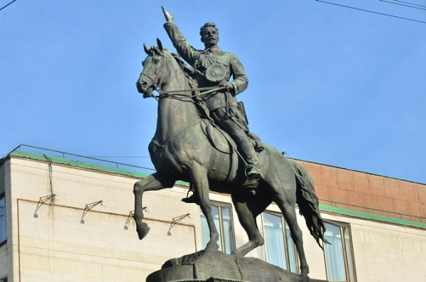 В Киеве вандалы разрушили памятник Николаю Щорсу