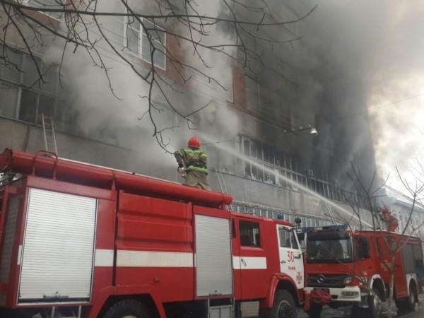 Очевидцы сообщают о масштабном пожаре после взрыва в северо-восточном районе Москвы