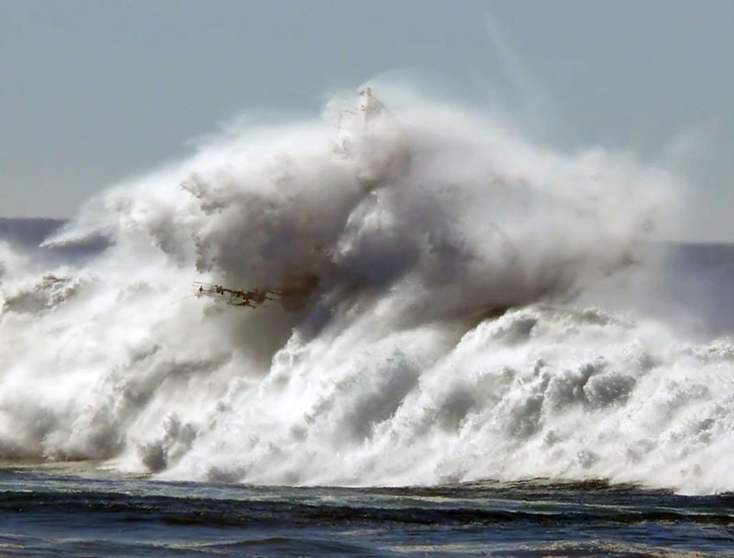 НаТенерифе мощная волна унесла воткрытое море троих отдыхающих