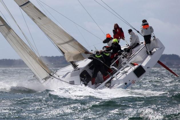 Пятиметровая волна выбросила напирс яхту слюдьми