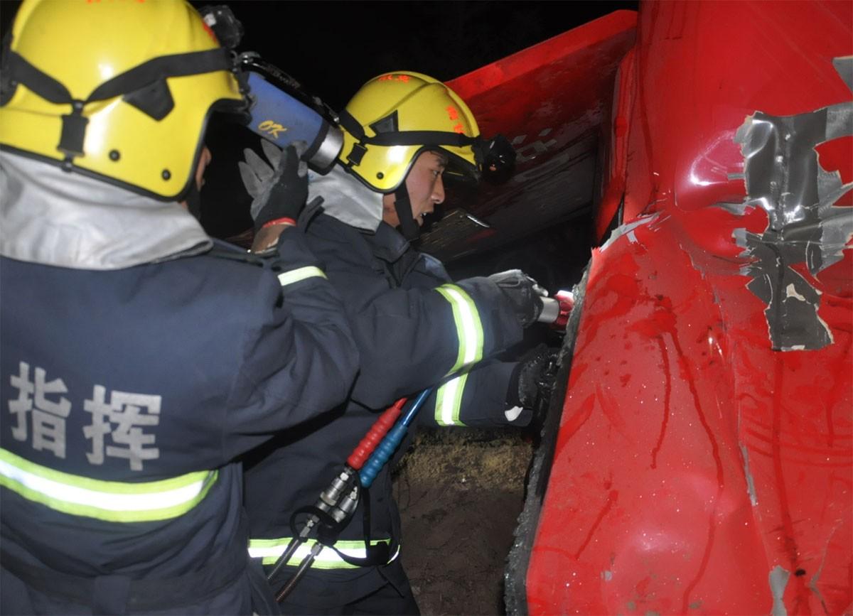 В КНР автобус с23 пассажирами вылетел с дороги, 4 человека погибли