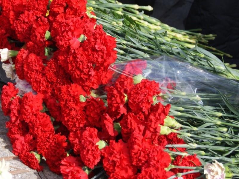 Горожане несут цветы кпредставительству петербургского руководства в столицеРФ