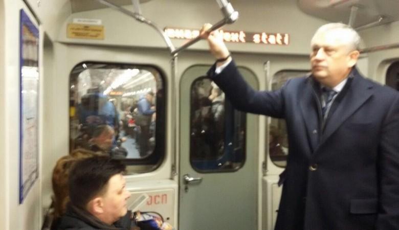 Губернатор Ленобласти поддержал жителей Петербурга ипоехал наработу вметро