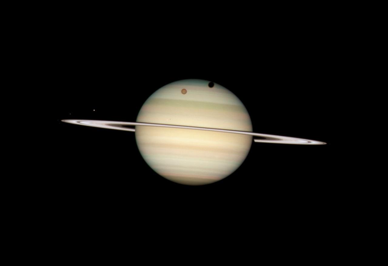 Кольца Сатурна «стали серебряными» нафоне Солнца