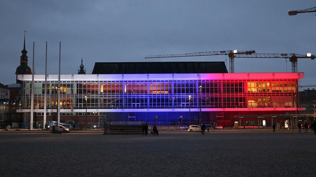 Дворец культуры вДрездене окрасили вцвет русского флага
