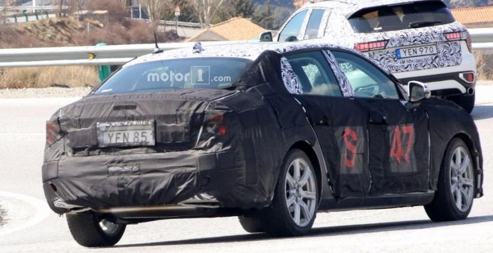 Автомобильные шпионы смогли засечь прототип седана Lynk & Co02