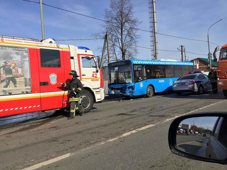 В новейшей  столицеРФ  столкнулись два легковушек  ипассажирский автобус