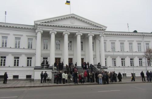 ВПолтаве митингующие заблокировали вход в сооружение горсовета