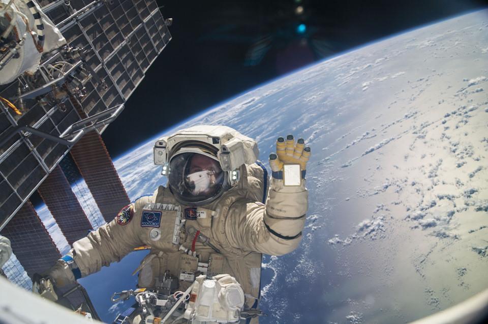 Половина граждан России считает, что наша страна должна первой колонизировать Луну