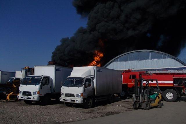 ВКраснодаре загорелись складские помещения сшинами