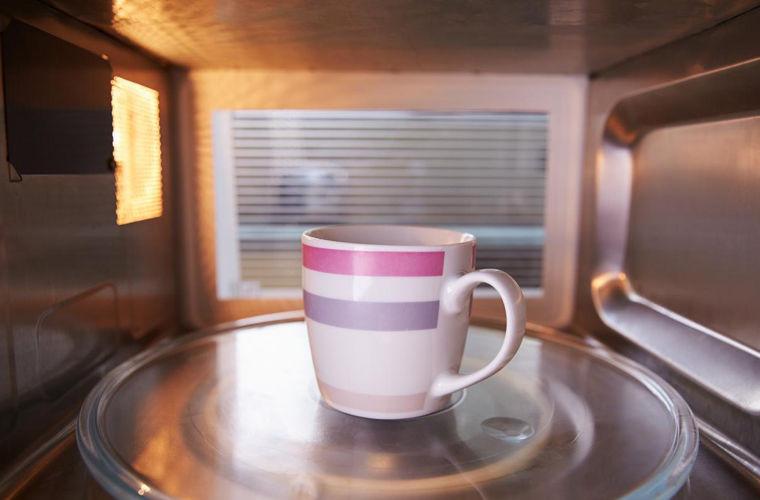 Учёные узнали, что перед употреблением чая его нужно нагреть вмикроволновке