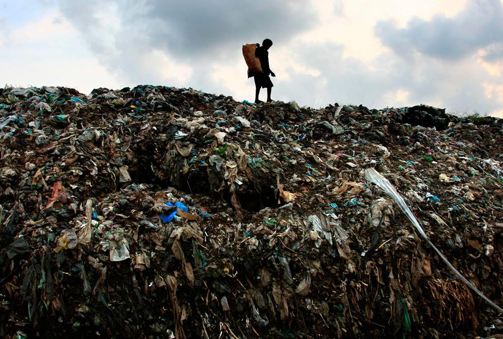 Горящая гора мусора рухнула натрущобы встолице Шри-Ланки