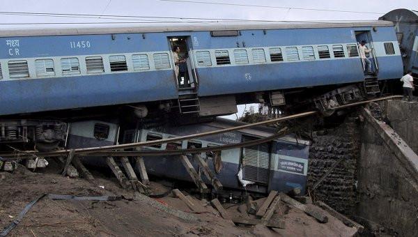 Восемь вагонов пассажирского поезда сошли срельсов вИндии