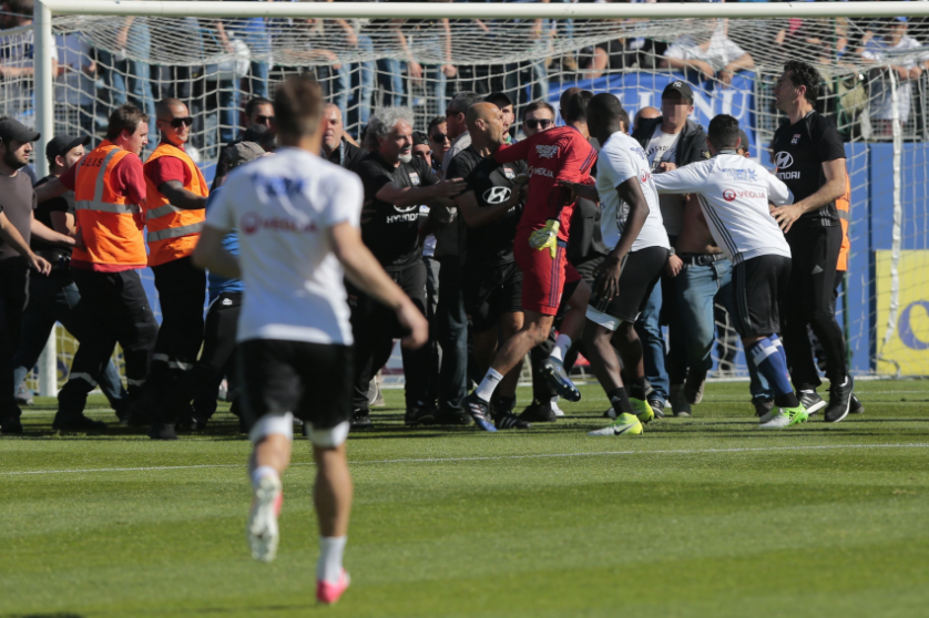 Фанаты напали нафутболистов «Лиона» впроцессе матча чемпионата Франции