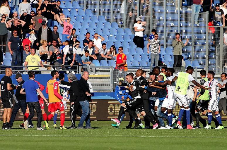 Сорванный матч чемпионата Франции: как фанаты «Бастии» напали наигроков «Лиона»