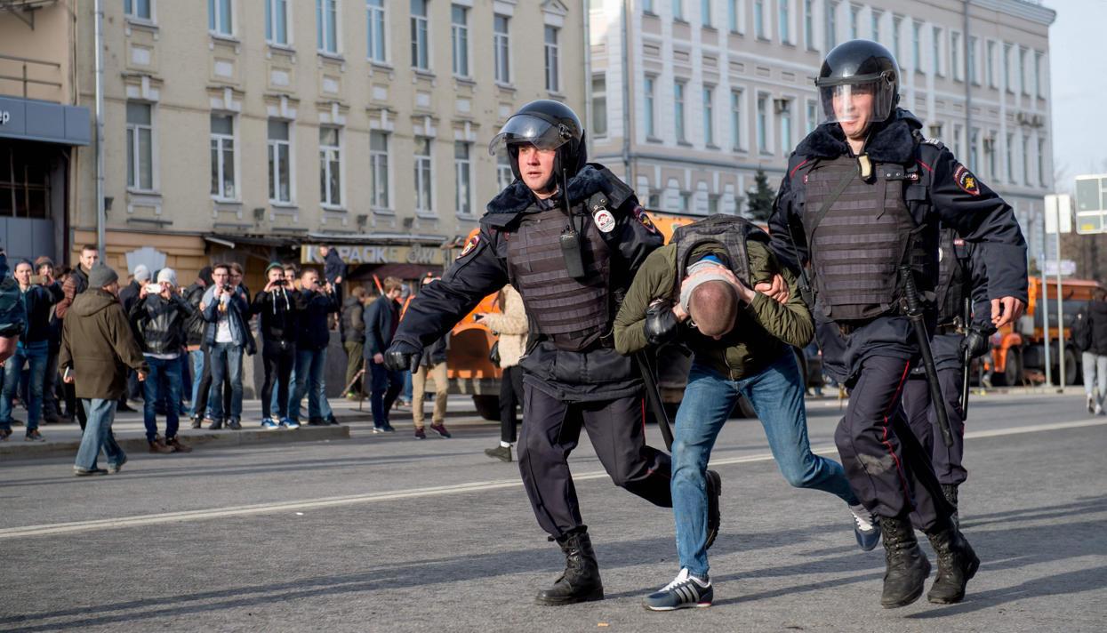 Заучастие внезаконном митинге в российской столице наказали практически 500 человек