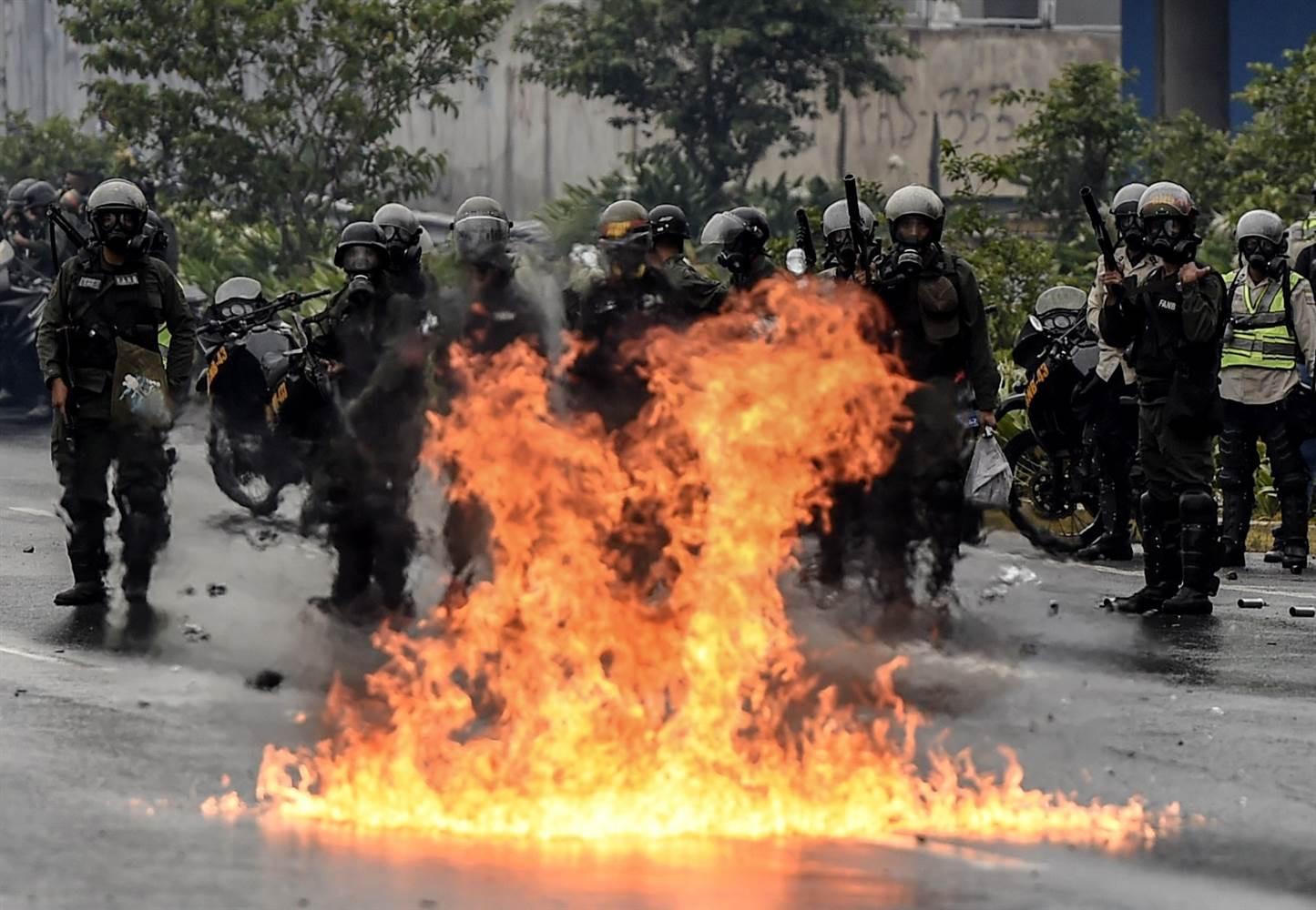 ВКаракасе произошли столкновения приверженцев оппозиции сполицией
