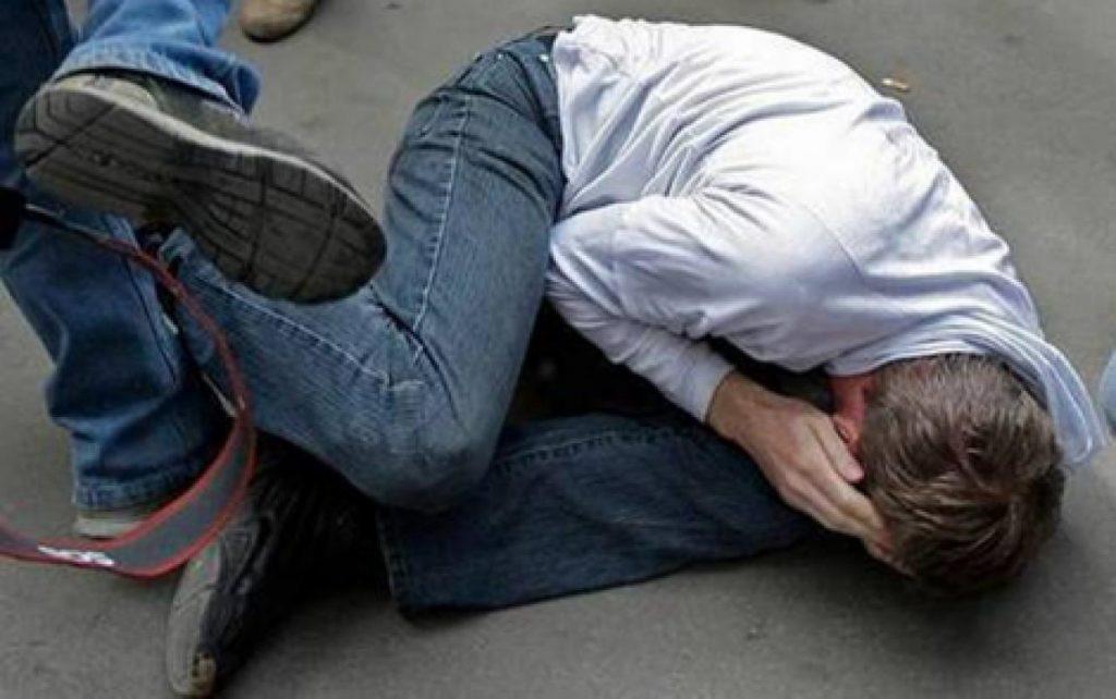 Гражданин Екатеринбурга пытался уничтожить своего 5-летнего сына, ударив головой обасфальт
