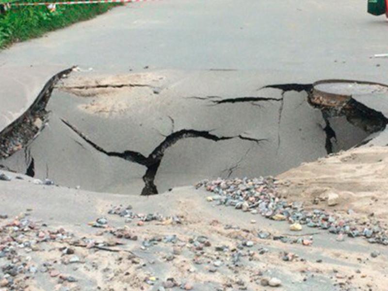8-летний ребенок провалился в2-метровую яму натротуаре вНовосибирске