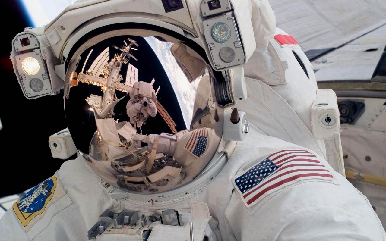 Астронавты изсоедененных штатов выходят вкосмос в три раза просроченных скафандрах